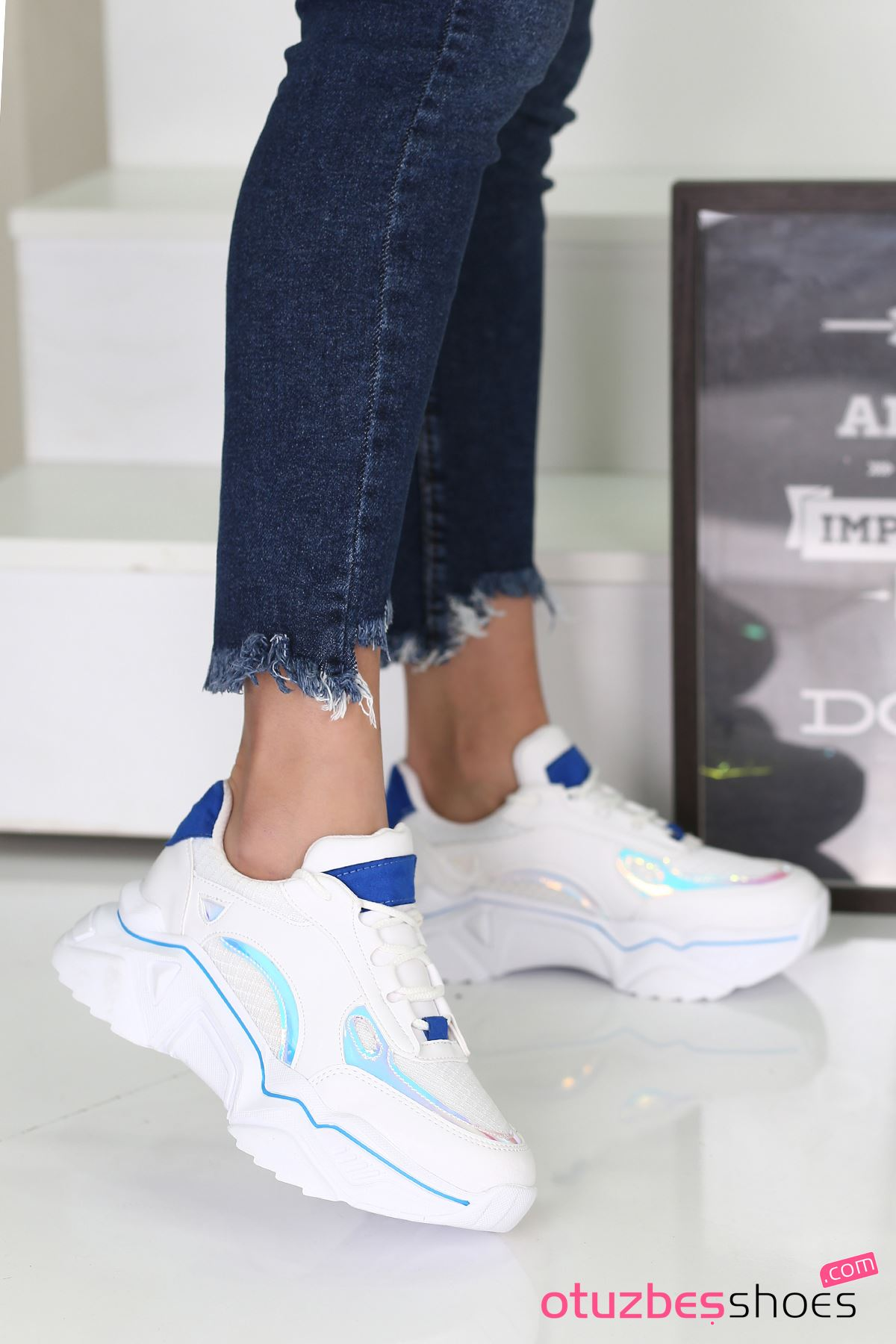 Nisa Mat Deri Mavi Hologram Detay Spor Ayakkabı Beyaz