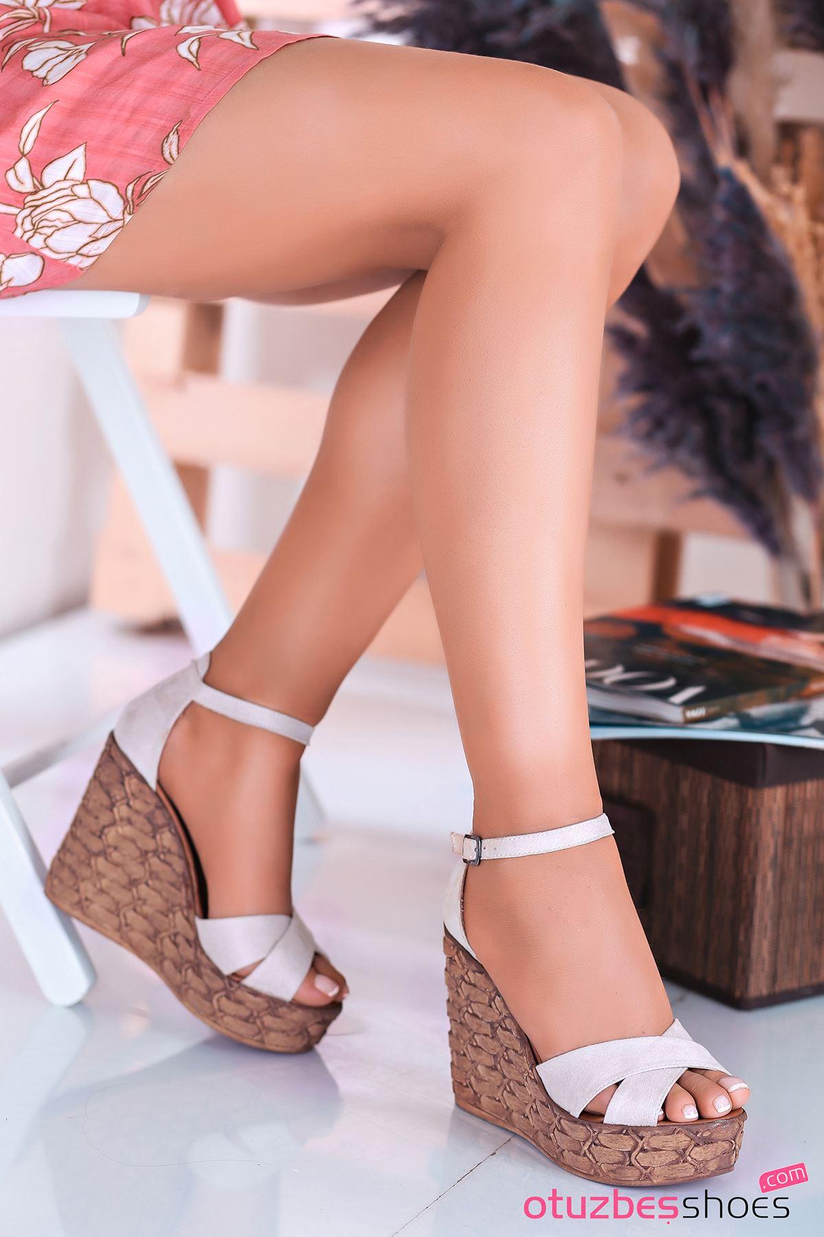 Cosmo Krem Süet Çapraz Detay Dolgu Topuk Kadın Ayakkabı