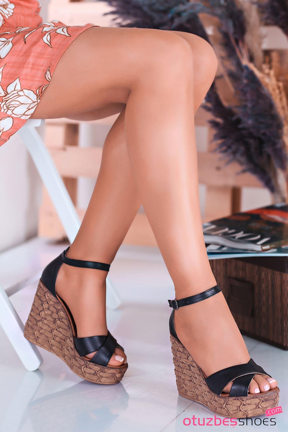 Cosmo Siyah Çapraz Detay Dolgu Topuk Kadın Ayakkabı