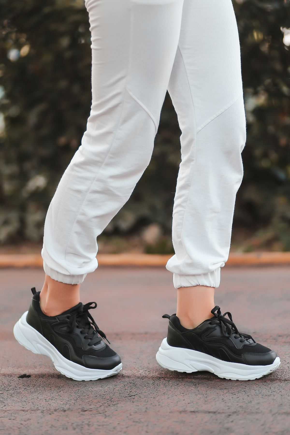 Lili Bağcık Detay Fileli Beyaz Taban Siyah Kadın Spor Ayakkabı