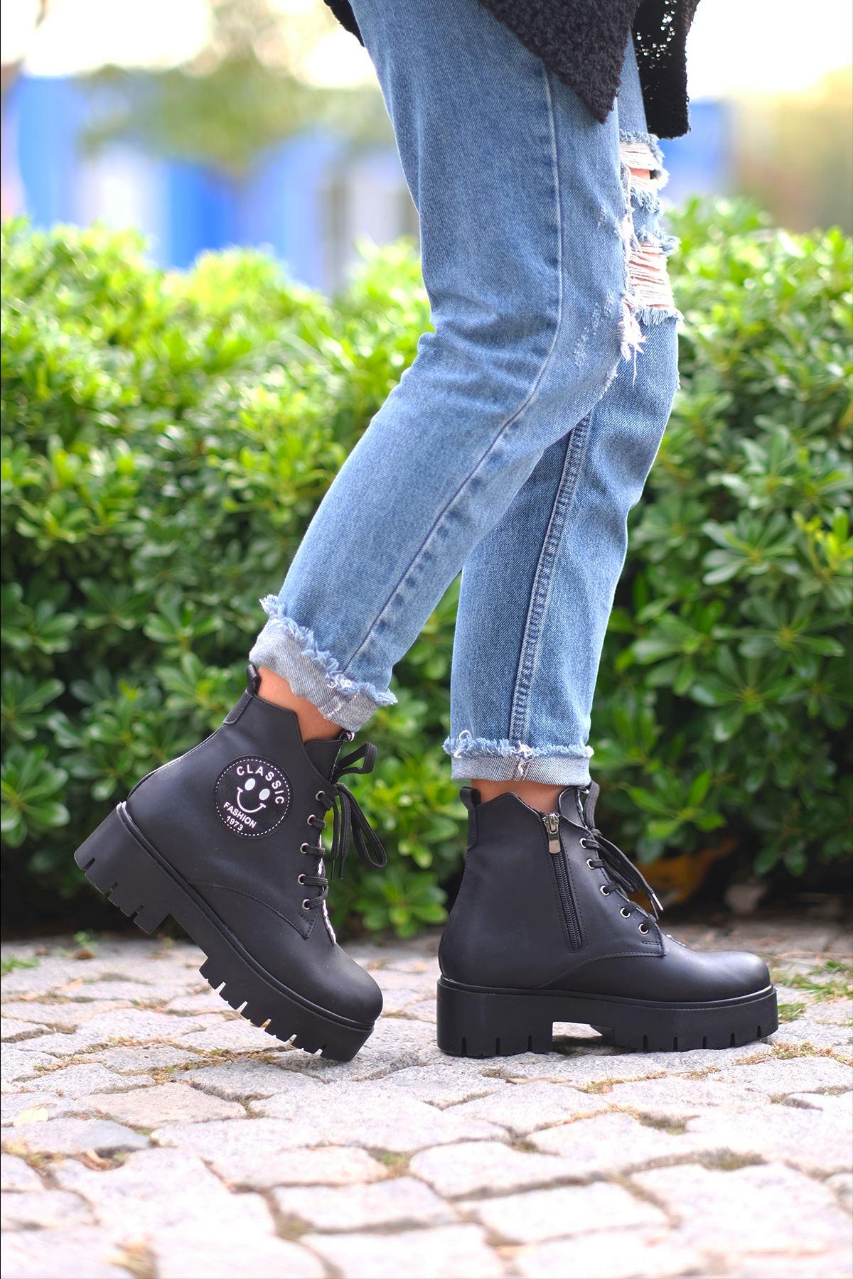 İnna Mat Deri Etiket Detaylı Kısa Topuklu Bot Siyah