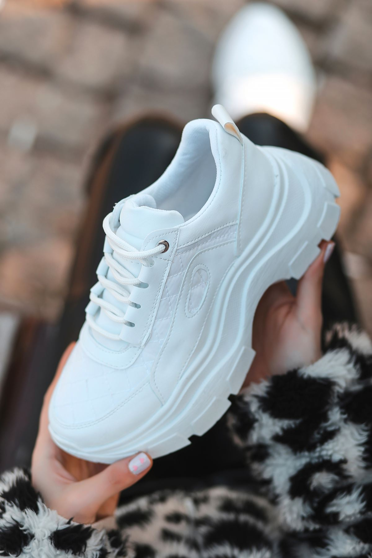 Pump Kapitone Detaylı Bağcıklı Beyaz Kadın Spor Ayakkabı