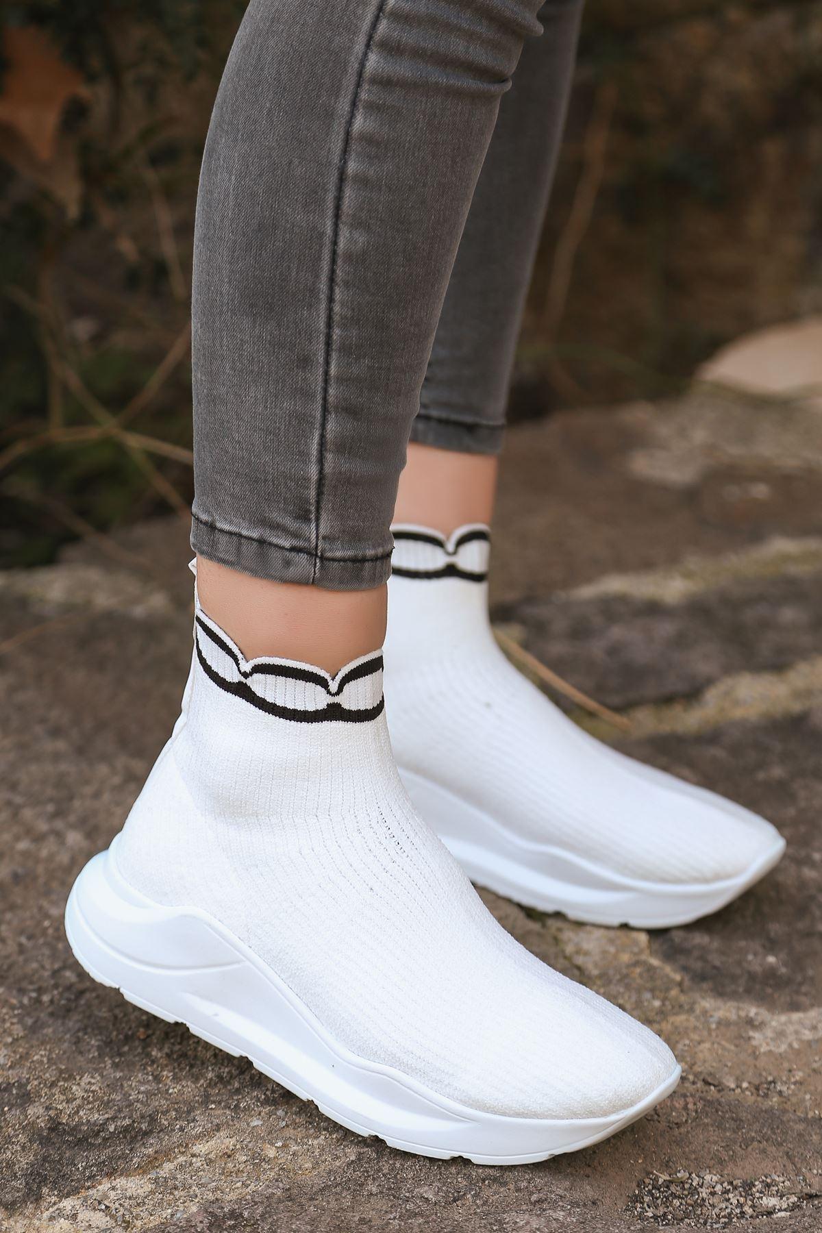 Genti Siyah Şerit Detaylı Beyaz Kadın Triko Uzun Spor