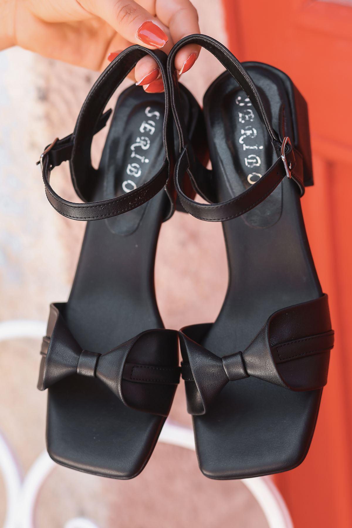 Minna Fiyonk Detaylı Siyah Kadın Topuklu Sandalet