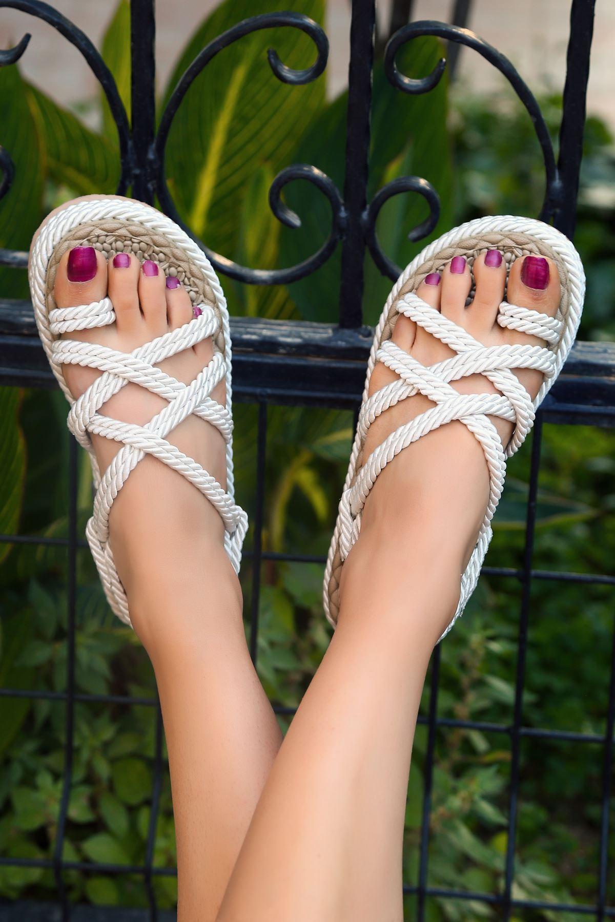Zeneta Hasır Detay Parmak Arası Sandalet Beyaz
