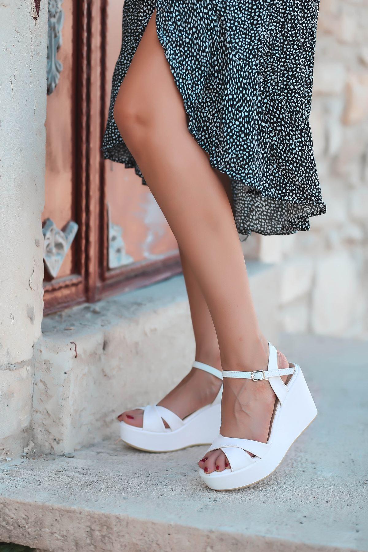 Ceylan Mat Deri Çapraz Dolgu Topuk Ayakkabı Beyaz