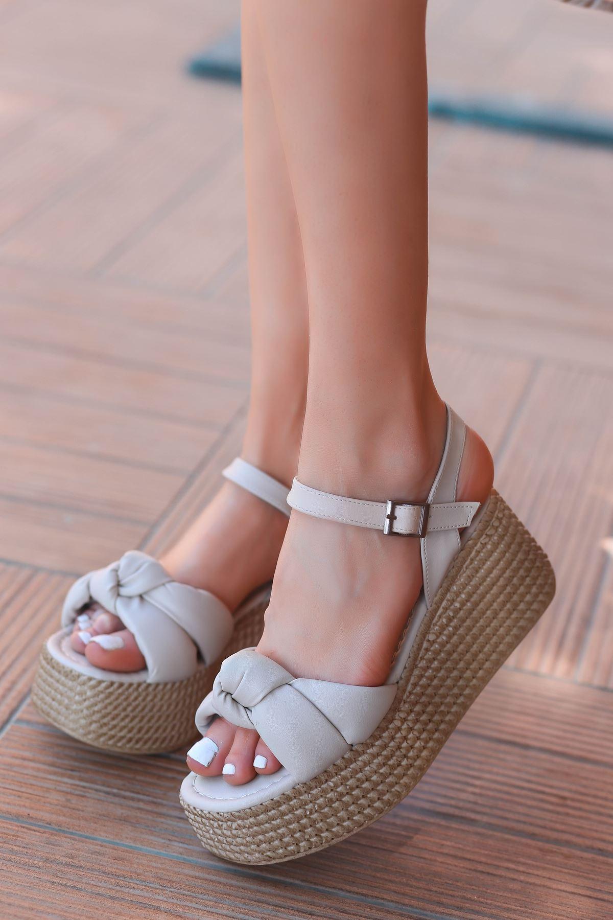 Perion Yüksek Taban Bağlama Detaylı Bej Kadın Sandalet