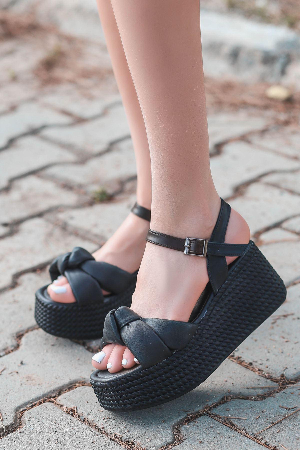 Perion Yüksek Taban Bağlama Detaylı Siyah Kadın Sandalet