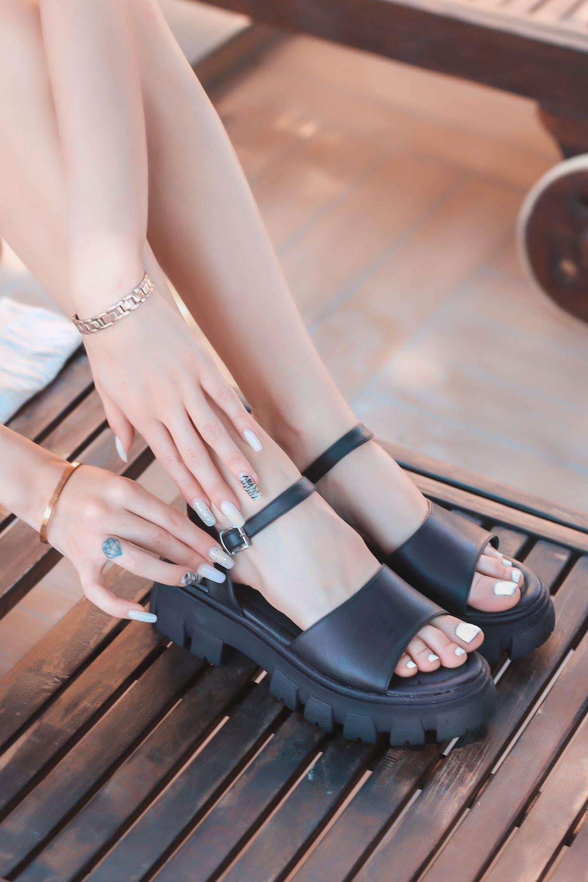 Ozni Mat Deri Kalın Taban Sandalet Siyah