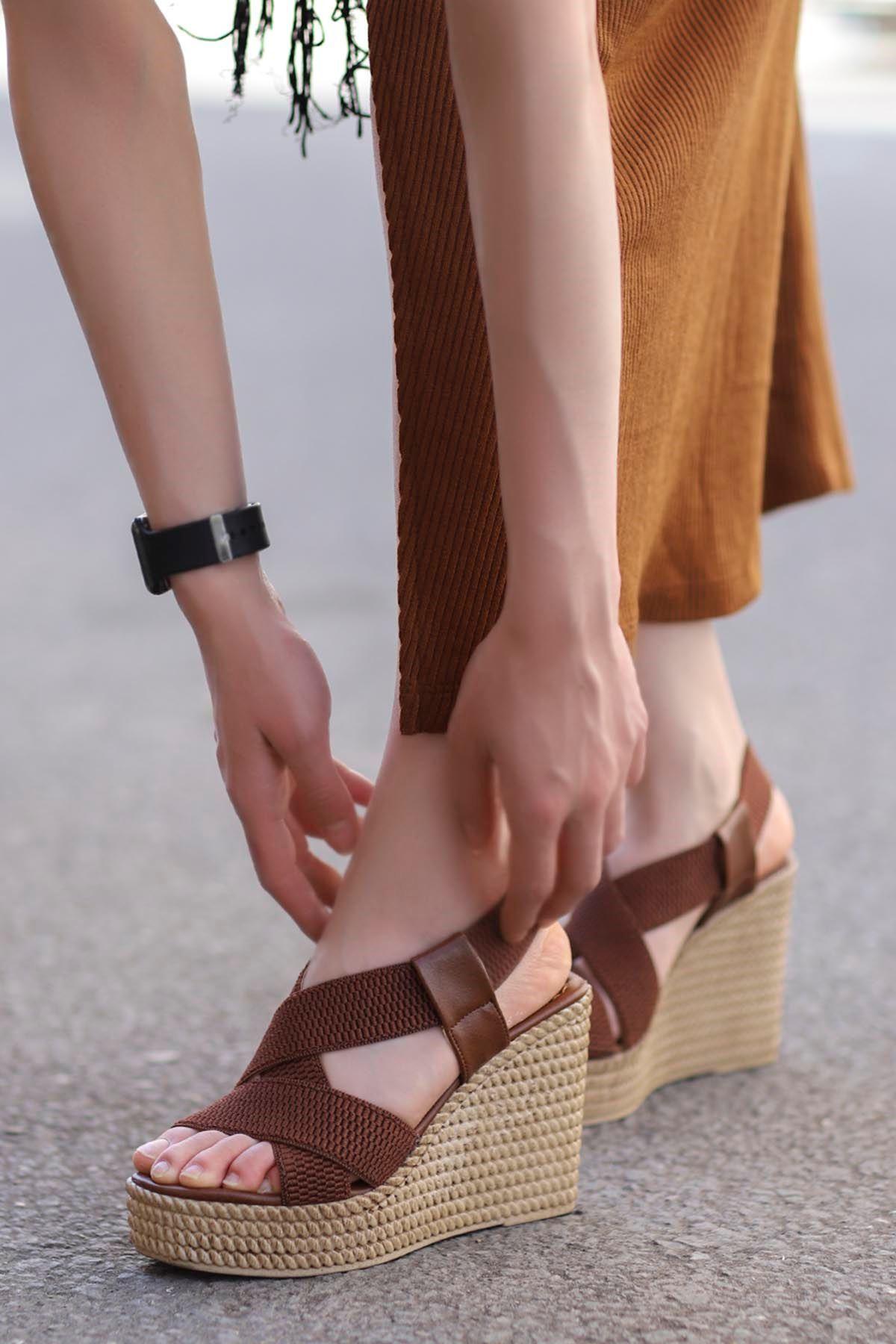 Cloren Lastik Detay Dolgu Topuk Sandalet Taba