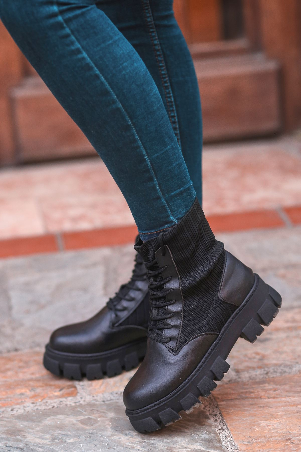 Romeo Çorap Ve Bağcık Detaylı Cilt Postal Bot Siyah